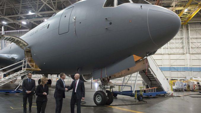 """وزير الدفاع الأميركي السابق آشتون كارتر يتلقى جولة في مرافق شركة """"بوينغ"""" في سياتل في 3 آذار/مارس 2016 حيث تتمركز وراءه طائرة نقل من نوع """"كاي سي-46"""" (AFP)"""