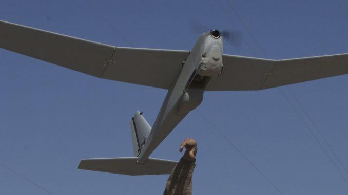 """جندي يُطلق طائرة RQ-20B Puma AE II الأميركية خلال عملية في قاعدة """"باترول"""" بولداك في 4 آذار/مارس 2013 (Wikipedia)"""