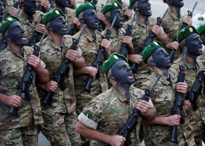 عناصر من الجيش اللبناني خلال الإحتفال بمناسبة مرور 74 عام على إستقلال لبنان في وسط بيروت (رويترز)