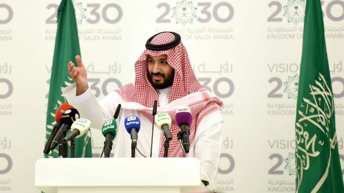 """ولي العهد السعودي، وزير الدفاع الأمير محمد بن سلمان خلال إطلاقه """"رؤية المملكة 2030"""" في مؤتمر صحفي انعقد في 25 نيسان/أبريل 2016 (AFP)"""