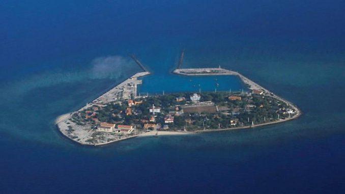 صورة مُلتقطة من الجو لجزيرة متنازع عليها في بحر الصين الجنوبي يوم 21 أبريل نيسان 2017 (وكالة رويترز للأنباء)