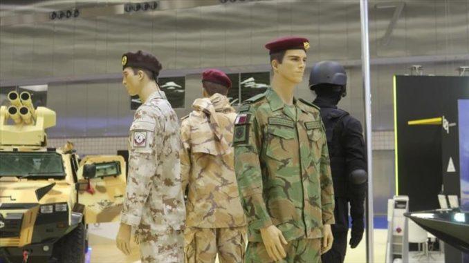 """لقطة للزي العسكري المتطوّر خلال عرضه ضمن فعاليات معرض """"ديمدكس 2018"""" الذي أقيم في قطر من 12 إلى 14 آذار/مارس الجاري (وكالة الأناضول)"""