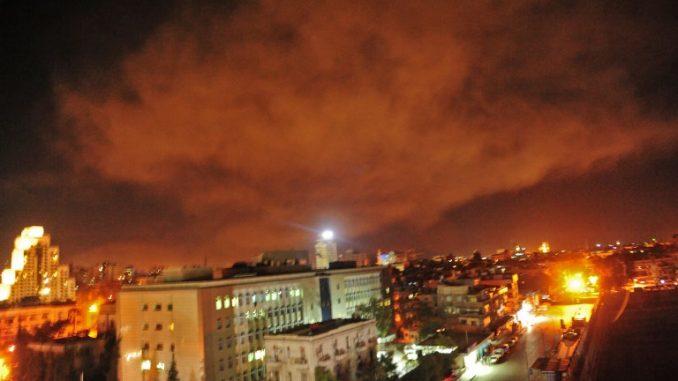 صورة تم إصدارها في 14 نيسان/أبريل 2018 على الموقع الإلكتروني لوكالة الأنباء العربية السورية الرسمية (سانا) تُظهر تفجيراً في ضواحي دمشق بعد شنّ ضربات غربية على قواعد عسكرية سورية ومراكز أبحاث كيميائية في العاصمة وحولها (AFP)