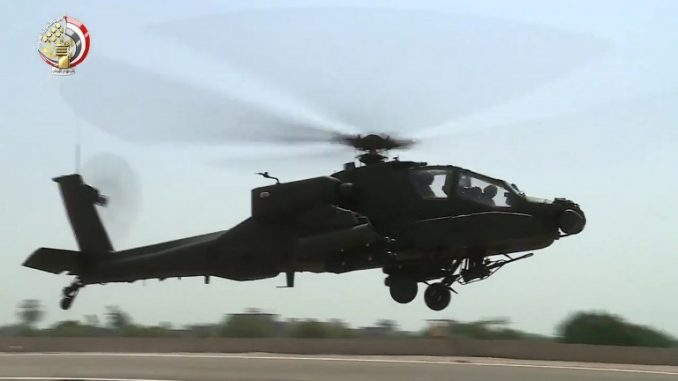 """مقتطفات من تصوير فيديو صادر عن وزارة الدفاع المصرية في 25 تشرين الثانب/نوفمبر 2017 تظهر طائرة هليكوبتر هجومية من طراز """"أباتشي"""" تابعة للقوات الجوية المصرية في مطار غير محدّد العنوان (AFP)"""