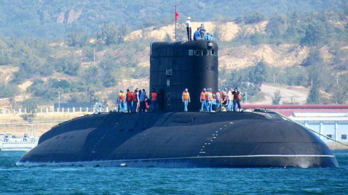 """صورة التقطت في 3 كانون الثاني/يناير 2014 تُظهر أول غواصة تابعة للبحرية الفيتنامية نوع """"كيلو 636"""" تحمل اسم """"هانوي""""، والتي يتم إطلاقها في البحر من سفينة نقل رولدوك الهولندية في خليج كام رانه في وسط فيتنام (AFP)"""