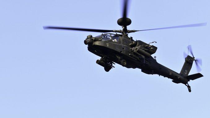 """صورة تم الحصول عليها من خدمة توزيع المعلومات المرئية الدفاعية (DVIDS) في 7 نيسان/أبريل 2018 تُظهر مروحية AH-64E Apache توفّر الأمن الوطني لمنافسة """"كونيلي"""" التي أقيمت في 9 آب/أغسطس 2017 في قاعدة فورت كامبل بولاية كنتاكي (AFP)"""