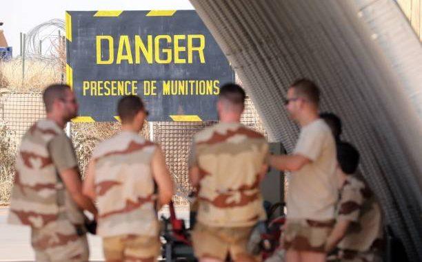 """أربع جنود فرنسيون خلال """"عملية برخان"""" في منطقة الساحل الأفريقي، يتحدثون في قاعدة لسلاح الجو الفرنسي في نيامي في 22 كانون الأول/ديسمبر 2017 (AFP)"""