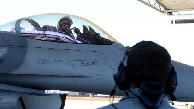 """المقدّم مايكل فيراريو من الحرس الوطني الأميركي يقوم بإجراء اختبار مبدئي لمقاتلة """"أف-16 فايتينغ فالكون"""" تمهيداً لرحلة جوية في 15 تشرين الثاني/نوفمبر 2014 (وزارة الدفاع الأميركية)"""