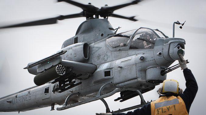 """صورة من مشاة البحرية الأميركية تم الحصول عليها في 23 آب/أغسطس 2016، تُظهر ضابط الصف الثاني باتريك هنري بينما كان يرشد مروحية AH-1Z سوبر كوبرا وهي تحطّ على متن سفينة """"يو أس أس ماكين"""" في 5 تشرين الأول/أكتوبر 2010 في المحيط الهادي (AFP)"""