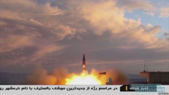بث تلفزيوني في 23 أيلول/سبتمبر 2017 من هيئة الإذاعة الإسلامية الإيرانية (IRIB)، يُظهر عملية إطلاق صاروخ خرمشور من مكان مجهول، بعد يوم واحد من عرض الصاروخ المذكور لأول مرة في استعراض عسكري رفيع المستوى في العاصمة طهران (AFP)