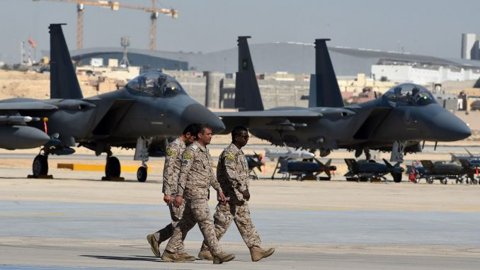 ضباط من الجيش السعودي يمرّون أمام مقاتلات أف-15 المعروضة خلال احتفال بمناسبة مرور 50 عامًا على تأسيس أكاديمية الملك فيصل الجوية في 25 كانون الثاني/يناير 2017 (AFP)