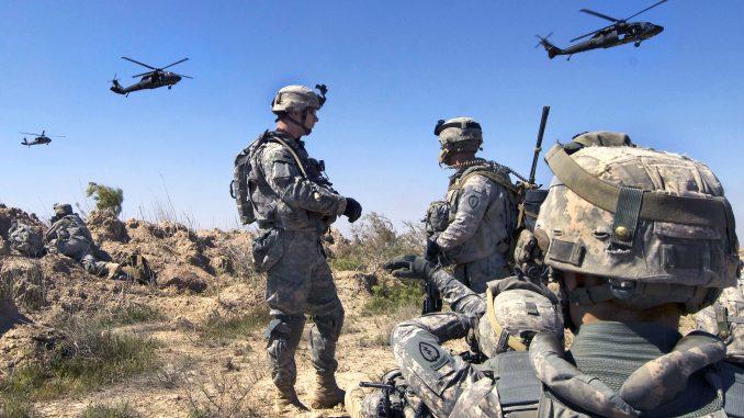 جنود أميركيون ينتظرون أن يتم نقلهم من قبل مروحيات جنوب بلدروز، العراق، في 22 آذار/مارس 2009 (وزارة الدفاع الأميركية)