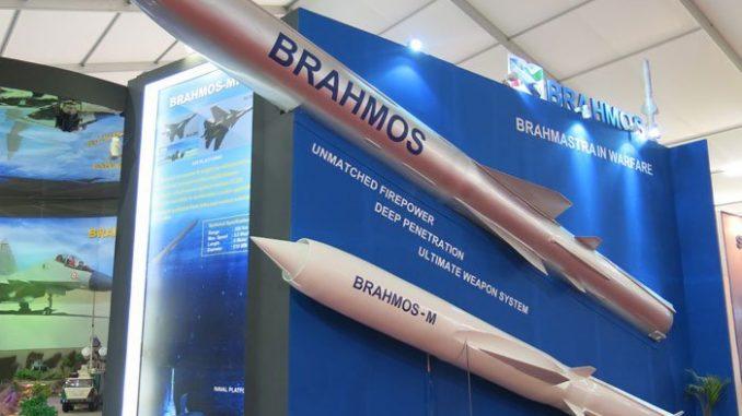 نموذجان من صواريخ براهموس في معرص DefExpo 2014. يحلّق الصاروخ إلى هدفه على ارتفاع عال يمكن أن يصل إلى 15 كيلومتراً، وعلى ارتفاع منخفض يصل إلى 10 أمتار، بما يجعله أسرع صاروخ على علو منخفض في العالم.
