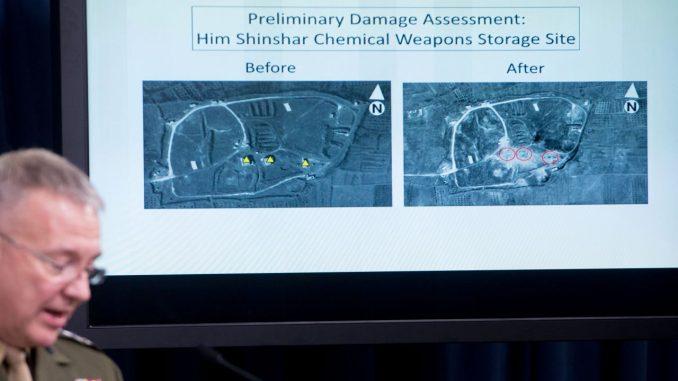 مدير عام الأركان المشتركة في المارينز الأميركي، العقيد كينيث إف. ماكنزي جونيور، يطلع الصحافة على الضربات ضد سوريا، في مقرّ البنتاغون في العاصمة واشنطن، في 14 نيسان/أبريل 2018 (AFP)