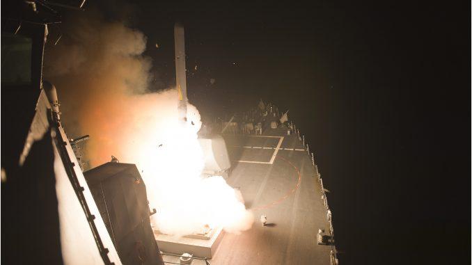 """المدمرة الصاروخية USS Arleigh Burke تُطلق صواريخ كروز """"توماهوك"""" لتنفيذ هجمات ضد أهداف داعش من البحر الأحمر في 23 أيلول/سبتمبر 2014. (البحرية الأميركية)"""