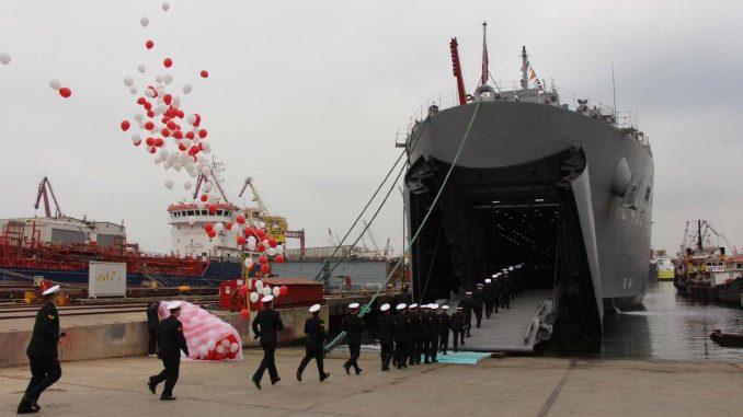 """سفينة الإنزال البرمائية التركية سنجقدار """"TCG Sancaktar"""" أثناء تسليمها للقوات البحرية في 7 نيسان/أبريل 2018"""