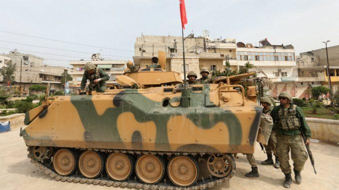 جنود أتراك يتجمّعون في مدينة عفرين ذات الأغلبية الكردية في شمال غرب سوريا بعد سيطرتهم عليها من وحدات حماية الشعب الكردية (YPG) في 18 آذار/مارس 2018 (AFP)