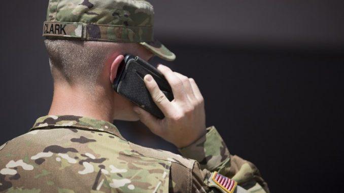 عنصر من الحرس الوطني الأميركي في ولاية أريزونا يتحدث على الهاتف في 9 نيسان/أبريل 2018 في محمية Papago Park العسكرية في فينيكس (AFP)