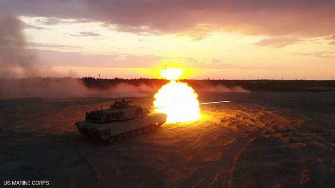 """لقطة لدبابة خلال تمرين حي خاصة بقوات """"المارينز"""" التابعة لكتيبة الدبابات الرابعة خلال تدريبات """"السهم 18"""" التي أجريت في الفترة ما بين 7 و18 أيار/مايو الجاري (موقع سكاي نيوز)"""