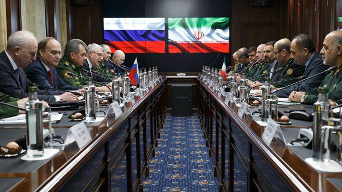 وزير الدفاع الروسي سيرجي شويجو ونظيره الإيراني حسين دهقان خلال اجتماع في موسكو في شباط/فبراير الماضي (وكالة سبوتنيك)