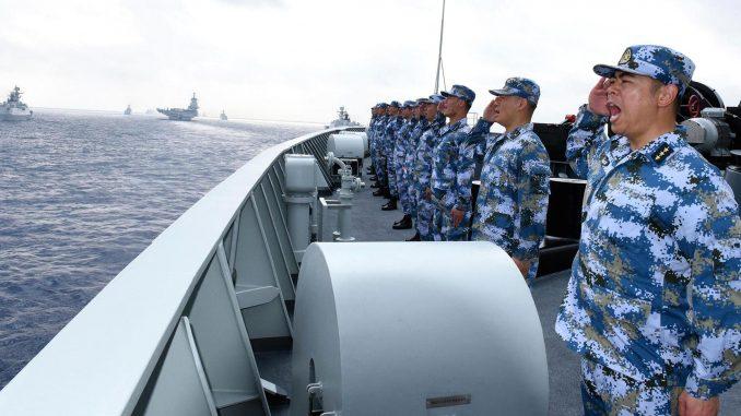 """أسطول تابع للبحرية الصينية بما في ذلك حاملة الطائرات """"لياونينغ""""، غواصات، سفن وطائرات مقاتلة في استعراض في بحر الصين الجنوبي في 12 نيسان/أبريل 2018 (Getty Images)"""