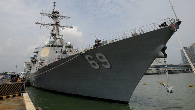 سفينة USS Milius DDG69، وهي مدمرة الصواريخ الموجهة متعددة المهام، ترسو في ميناء جنوب مانيلا في 18 آب/أغسطس 2012 (AFP)