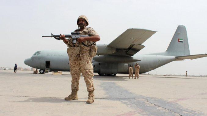"""جندي إماراتي يقف حرساً بجوار طائرة نقل عسكرية إماراتية من نوع """"سي-130"""" في مطار مدينة عدن الساحلية اليمنية الجنوبية يوم 8 آب/أغسطس 2015 (رويترز)"""