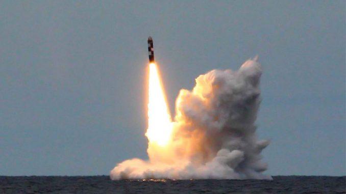 إطلاق صاروخ في البحر (صورة من الأرشيف)
