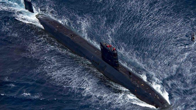"""غواصة """"أتش أم أس ترينشانت"""" تابعة للبحرية الملكية البريطانية خلال تدريب """"ساكسون واريور"""" في 5 آب/أغسطس 2017 (موقع البحرية الأميركية)"""