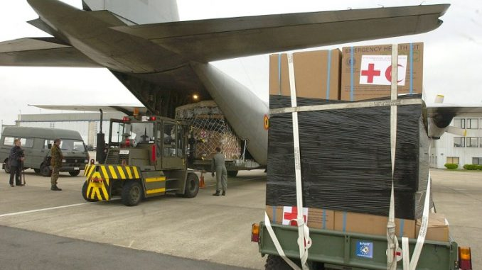 عملية تحميل طائرة عسكرية من طراز هيركوليس سي-130 بالإغاثة العاجلة للناجين من الزلزال الكبير في الجزائر، في 23 أيار/مايو 2003 في مطار ميلسبروك العسكري (AFP)