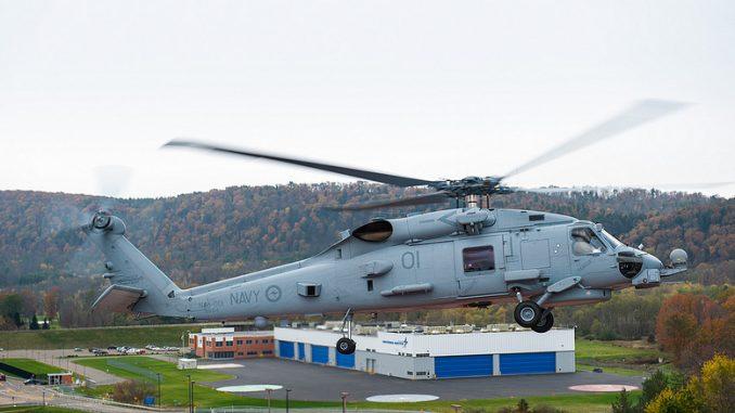 أولى مروحيات MH-60 التابعة للبحرية الأسترالية تُنجز بنجاح رحلة التحقق الوظيفية في منشأة شركة شركة لوكهيد مارتن في 23 تشرين الأول/أكتوبر 2013 (شركة لوكهيد مارتن)