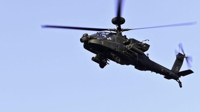 صورة لخدمة توزيع المعلومات المرئية الدفاعية (DVIDS) تم الحصول عليها بتاريخ 7 نيسان/أبريل 2018 تُظهر طائرة هليكوبتر من طراز AH-64E Apache وهي توفر أعمال الأمن القومي لمنافسة Connelly في 9 آب/أغسطس 2017 في ولاية كنتاكي الأميركية (AFP)