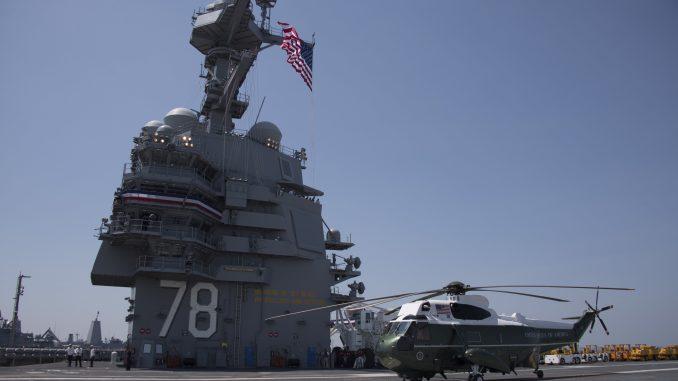 """مروحية """"مارين وان"""" (Marine One) تابعة لمشاة البحرية الأميركية متمركزة على متن حاملة الطائرات """"يو أس أس جيرالد فورد"""" خلال حفل تكليفها في نورفولك، فيرجينيا، يوم 22 تموز/يوليو 2017 (AFP)"""