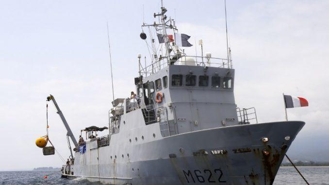 سفينة FS Pluton M622 تابعة للبحرية الفرنسية، التي يقع مقرها في ميناء تولون الجنوبي الفرنسي، ترسو بالقرب من موقع طائرة مقاتلة تابعة للقوات الجوية الأميركية P-47 Thunderbolt ، والتي تحطمت خلال الحرب العالمية الثانية قبالة جزيرة كورسيكا الفرنسية في البحر الأبيض المتوسط (AFP)