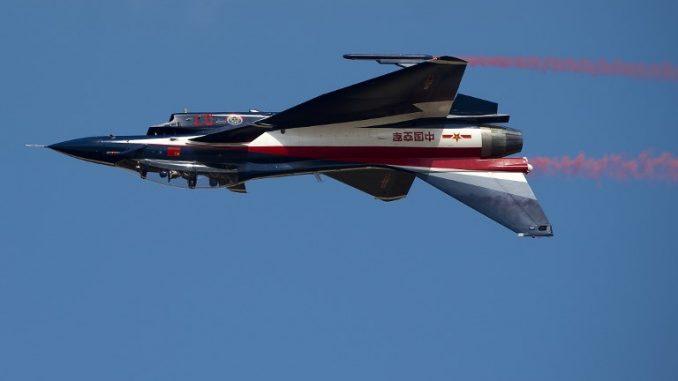 """صورة التقطت في 24 تشرين الثاني/نوفمبر 2015، تُظهر طائرة صينية من طراز J-10 تابعة لسلاح الجو الصيني وهي تحلّق خلال التمرين المشترك """"Falcon Strike 2015"""" في قاعدة """"كورات"""" الجوية في تايلاند (AFP)"""