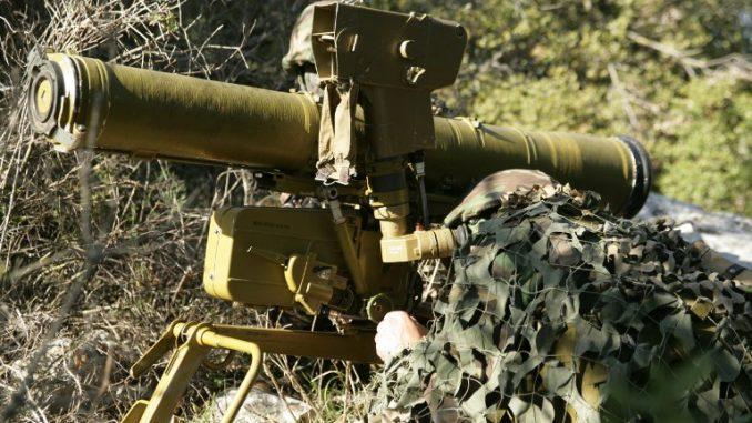 صورة تم التقاطها في 21 شباط/فبراير 2007 تُظهر عنصراً من حزب الله يهدف إلى إطلاق صاروخ كورنت المضاد للدبابات، في مكان غير معروف في جنوب لبنان (AFP)