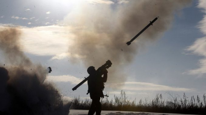 جندي أوكراني يطلق صاروخاً من خلال نظام دفاع جوي محمول خلال تدريبات عسكرية بالقرب من مدينة شاشتشيا، شمال لوغانسك ، في الأول من كانون الأول/ديسمبر 2014 (AFP)