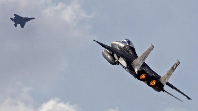 مقاتلة أف-15 تابعة للقوات الجوية الإسرائيلية، تُقلع خلال مناورة الدفاع الجوي متعددة الجنسيات في قاعدة عوفدا الجوية، شمال مدينة إيلات الإسرائيلية، في 8 تشرين الثاني/نوفمبر 2017 (AFP)