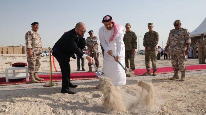 وزير الدفاع القطري وقائد الجناح الجوي الأميركي في قاعدة العديد يضعان حجر الأساس لمشروع توسيع القاعدة في 24 تموز/ يوليو