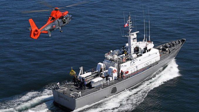 مروحية H-125 تحلّق فوق سفينة فرنسية (موقع إيرباص للمروحيات)