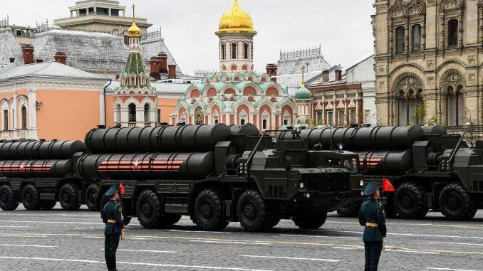 أنظمة الصواريخ S-400 Triumph الروسية متوسطة وطويلة المدى تمر عبر الميدان الأحمر خلال العرض العسكري ليوم النصر في موسكو يوم 9 أيار/مايو 2017 (AFP)