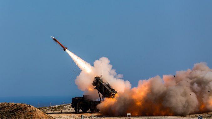صواريخ PAC-3 MSE يتم إطلاقها من نظام الدفاع الجوي المتوسط الممتد خلال اختبار في وايت ساندس ميسيلي رانج. (جون هاملتون/الشؤون العامة)