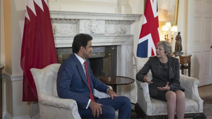 أمير قطر الشيخ تميم بن حمد آل ثاني ورئيسة وزراء بريطانيا تيريزا ماي ، في 24 تموز/ يوليو خلال التوقيع على خطاب نوايا للتعاون لمكافحة الإرهاب