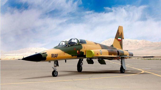 """صورة نشرتها وزارة الدفاع الإيرانية في 21 آب/أغسطس 2018 تُظهر طائرة محلية نوع """"كوثر""""، وهي مقاتلة من الجيل الرابع، مزودة بـ """"الكترونيات الطيران المتقدمة"""" ورادار متعدد الأغراض، والذي قالت وكالة تسنيم الرسمية إنها """"محلية الصنع 100%"""" (AFP)"""