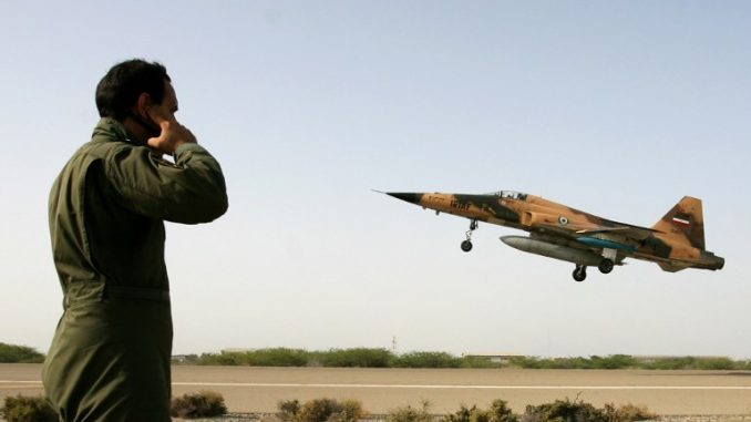 """طائرة مقاتلة إيرانية من طراز """"أف-5"""" تقلع في مدينة تشابهار جنوب إيران خلال مناورة عسكرية في 23 حزيران/يونيو 2009 (AFP)"""