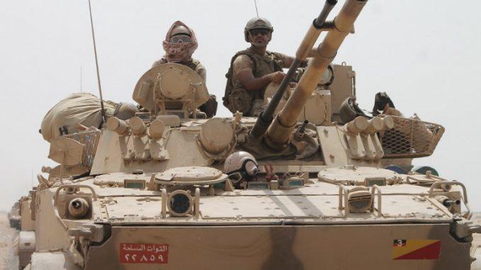 جنود يقفون على دبابة تابعة للتحالف الذي تقوده السعودية المنتشرة على مشارف مدينة عدن الساحلية اليمنية الجنوبية في آب/أغسطس 2015، خلال عملية عسكرية ضد المتمردين الحوثيين الشيعة وحلفائهم (AFP)