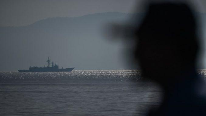 ضابط من الجيش التركي أمام سفينة TCG Alemdar يوم 20 أيلول/سبتمبر 2017، قبالة القاعدة البحرية التركية في Aksaz في مارماريس، خلال تمرين Dynamic Monarch-17 التابع لحلف الناتو (AFP)