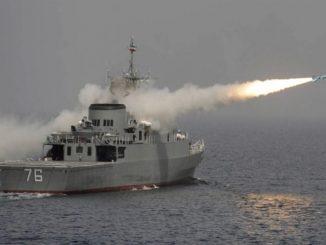 مدمرة إيرانية تختبر صاروخاً بالخليج (أرشيف وكالة رويترز)