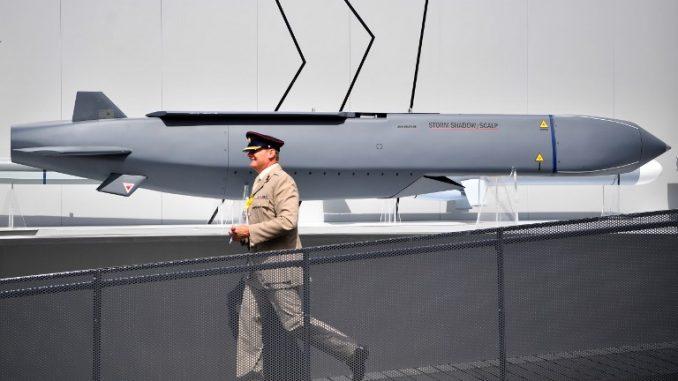 أحد أفراد الجيش يمرّ إلى جانب صاروخ ستورم شادو/سكالب من إنتاج شركة MBDA في معرض فارنبورو الجوي، جنوب غرب لندن في 17 تموز/يوليو 2018 (AFP)
