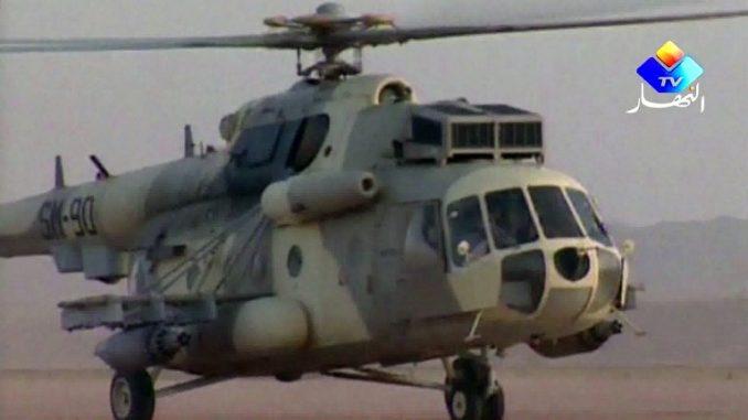 """صورة مأخوذة من لقطات قدمتها قناة النهار الجزائرية في 18 كانون الثاني/يناير 2013 تظهر مروحية من طراز """"مي-8"""" تابعة للقوات الجوية الجزائرية تحلّق في الصحراء في مكان غير معلوم في جنوب البلاد (AFP)"""